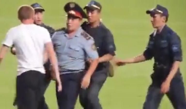 Полицйейские из Казахстана спутали футболиста с выбевшем на поле фанатом