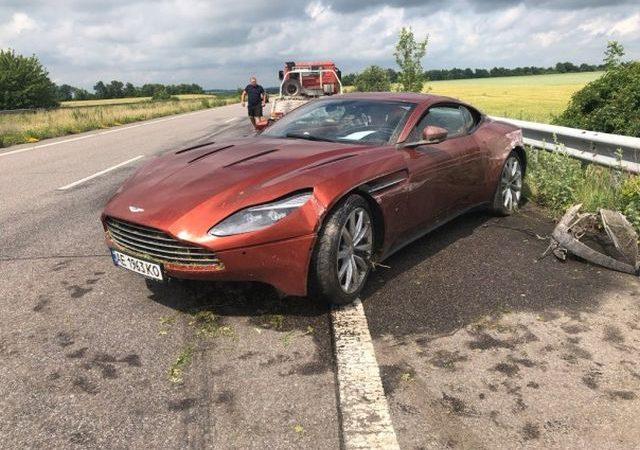 Aston Martin DB11 был брошен на украинской трассе